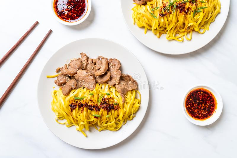 nouille faite sauter à feu vif asiatique avec du porc image stock