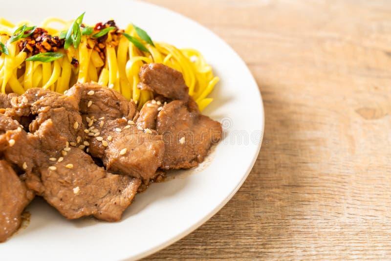 nouille faite sauter à feu vif asiatique avec du porc photo libre de droits
