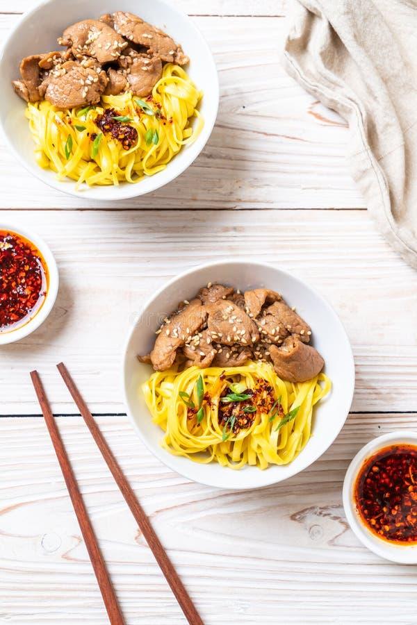 nouille faite sauter à feu vif asiatique avec du porc image libre de droits