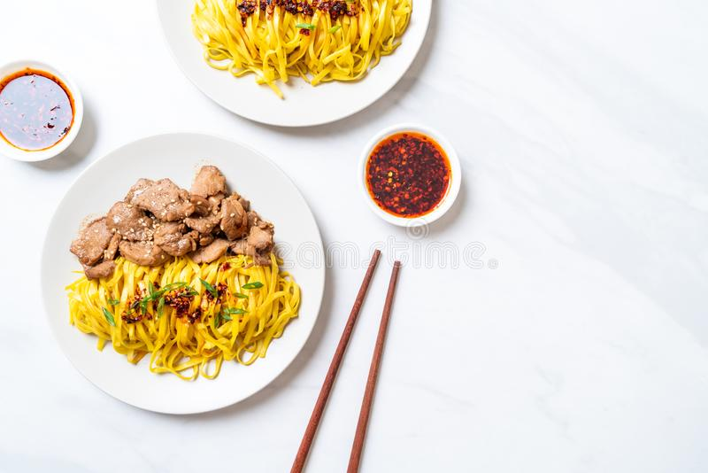 nouille faite sauter à feu vif asiatique avec du porc photos stock
