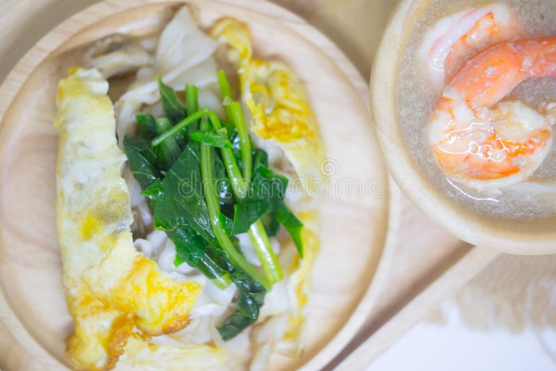 Nouille faite sauter à feu vif avec les fruits de mer et le chou frisé en sauce à sauce au jus photographie stock libre de droits