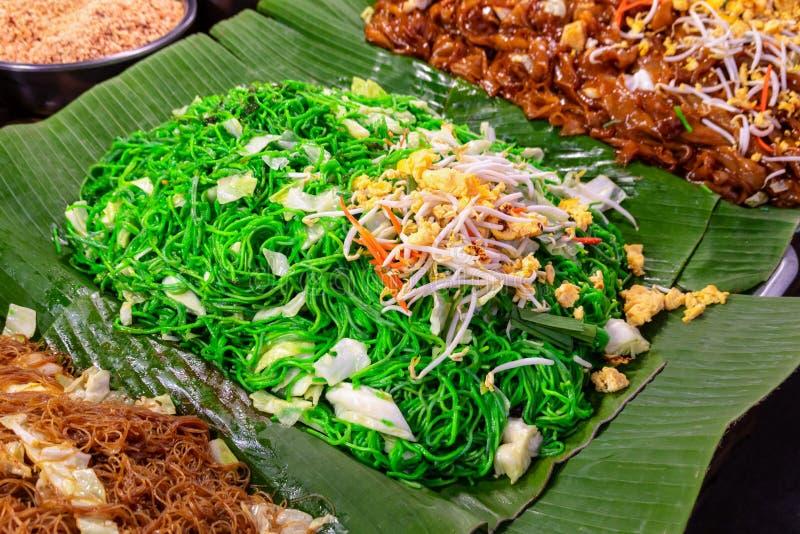 Nouille faite sauter à feu vif thaïlandaise de protection délicieuse de fruits de mer sur la feuille verte de banane, une de la n photos stock