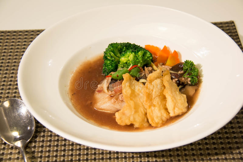 Nouille frite avec les poissons et le brocoli images stock
