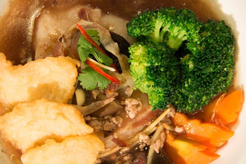 Nouille frite avec les poissons et le brocoli photographie stock
