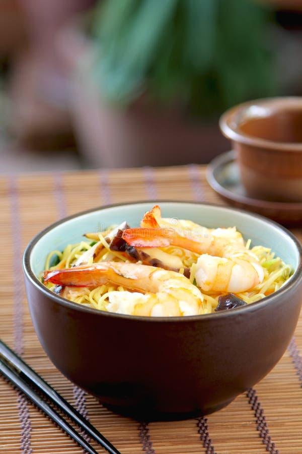 Nouille frite par Stir avec la crevette rose photographie stock libre de droits