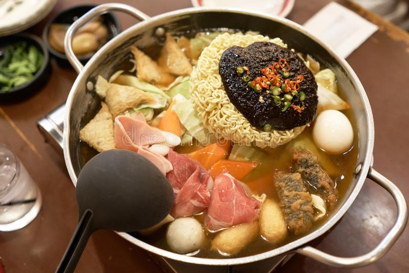 Nouille instantanée coréenne Budaejjigae c'est un aliment national de la Corée, qui est très populaire en Asie Le produit de noui image libre de droits