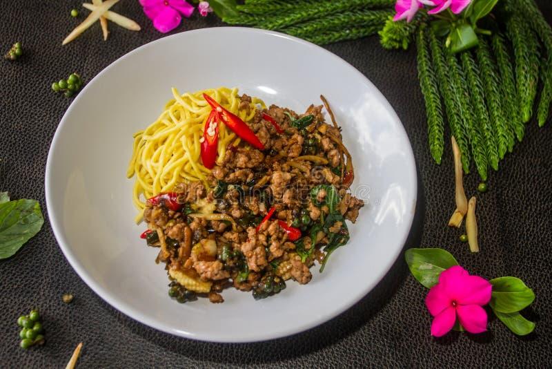 Nouille ivre complétée avec le jaune, sec Nourriture thaïe de type image stock