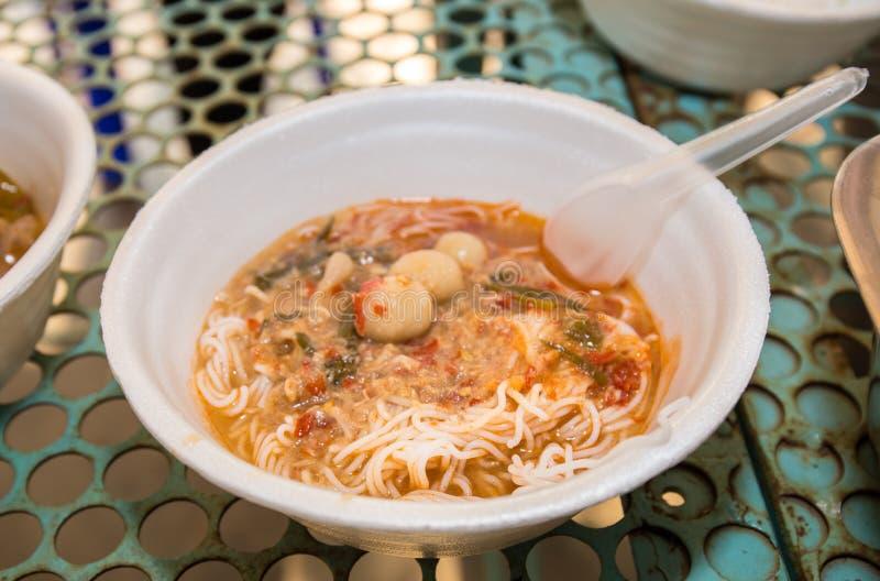 Nouille thaïlandaise de poissons de soupe à noix de coco photo stock