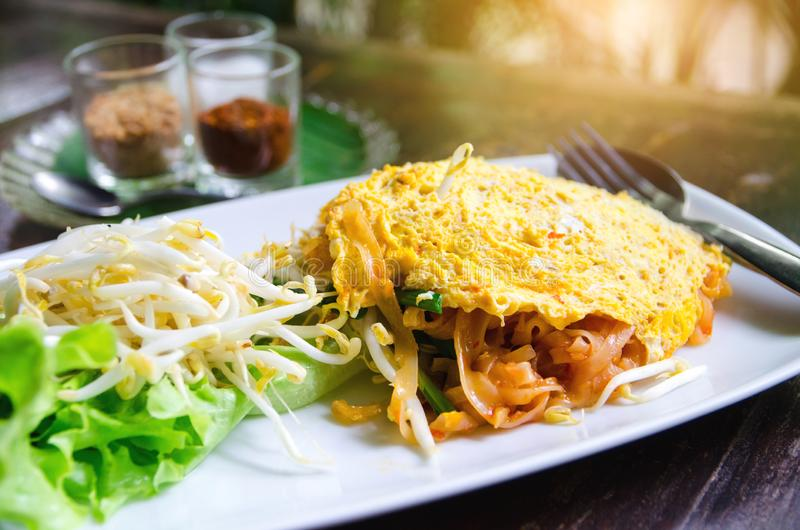 Nouille thaïlandaise du plat blanc photographie stock libre de droits