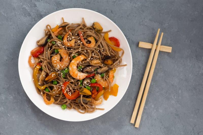 Nouilles épicées de sarrasin avec des fruits de mer et des légumes, vue supérieure images stock