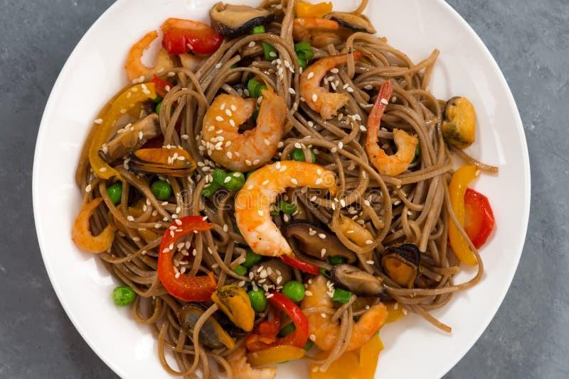 Nouilles épicées de sarrasin avec des fruits de mer et des légumes images stock