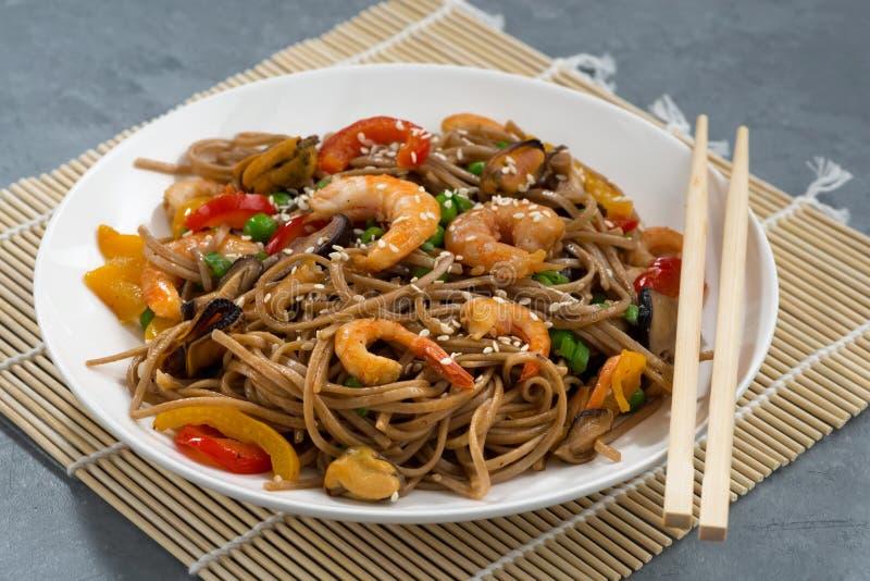 Nouilles épicées de sarrasin avec des fruits de mer et des légumes photo stock