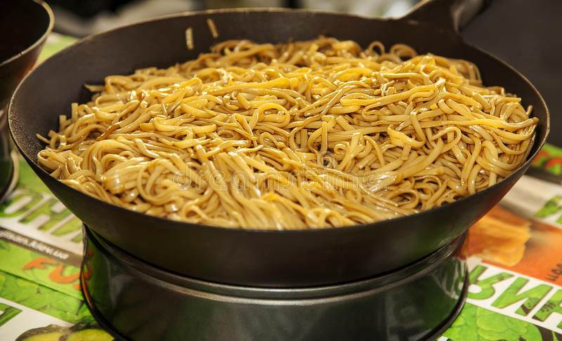 Nouilles asiatiques dans le wok image stock image du for Cuisinier wok