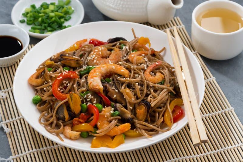 Nouilles asiatiques de sarrasin avec des fruits de mer et des légumes images libres de droits