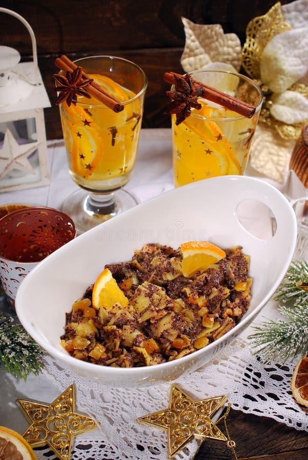 Nouilles avec des clous de girofle et des fruits secs pour le réveillon de Noël suppl. images stock
