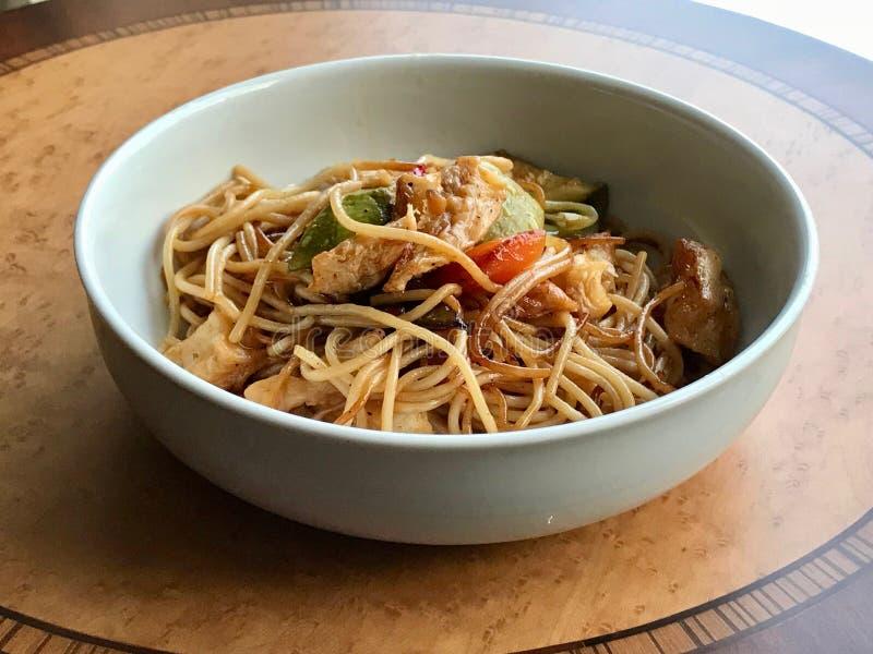 Nouilles avec les légumes et la sauce de soja images stock