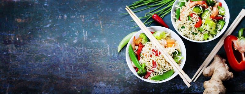 Nouilles chinoises avec des légumes et des crevettes photographie stock