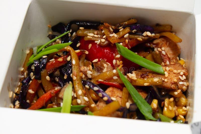 Nouilles chinoises dans la boîte Vue de ci-avant photos stock