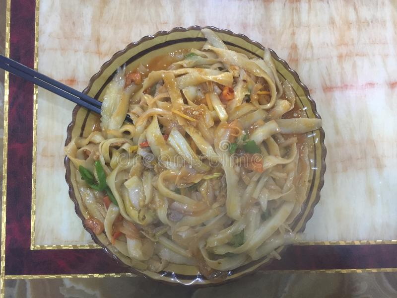 Nouilles coupées en tranches de boeuf-Daoxiao frites par nouilles photographie stock