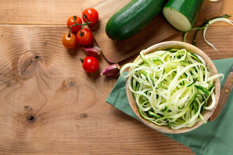 Nouilles crues de courgette pour une salade saine photographie stock