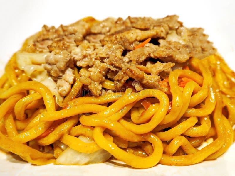 Nouilles délicieuses de Yakisoba avec du porc images stock