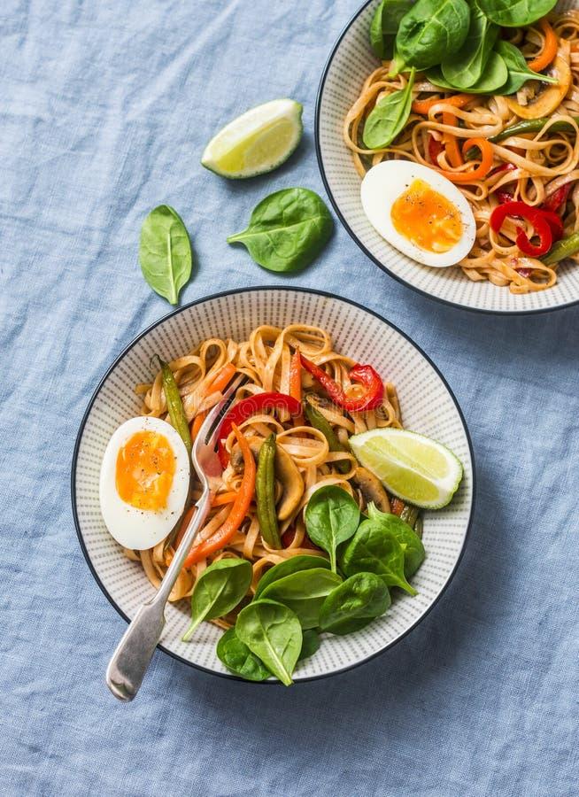 Nouilles d'Udon de Yaki avec les légumes, l'oeuf à la coque et les épinards de sauté Nouilles végétariennes avec les haricots ver photos libres de droits