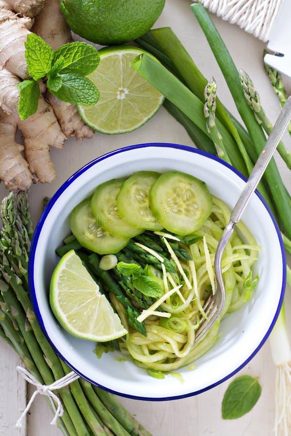 Nouilles de concombre avec l'asperge et le gingembre photo stock