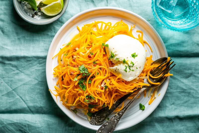 Nouilles de courge de Butternut avec le mozzarela, noix de pécan, herbes images stock