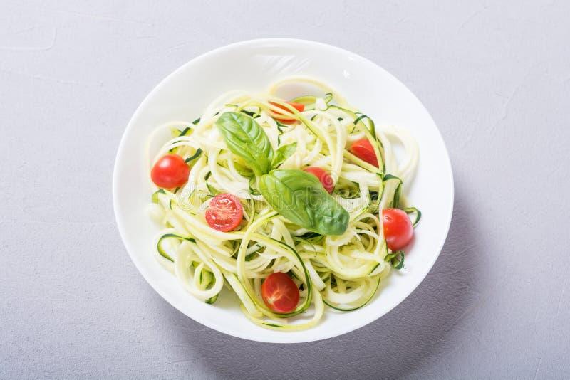 Nouilles de pâtes de courgette avec la nourriture végétarienne saine de tomates photographie stock libre de droits