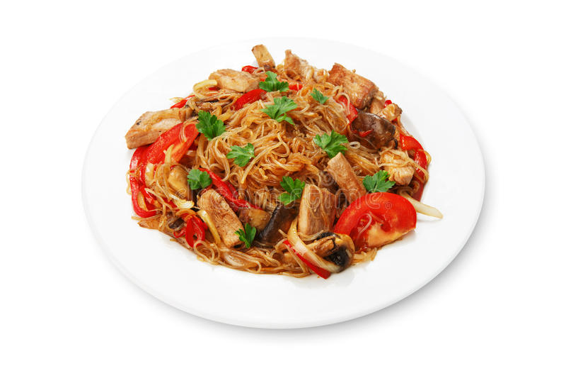 Nouilles de riz avec des crevettes et des légumes en gros plan sur la table vue supérieure d'un horizontal photos stock