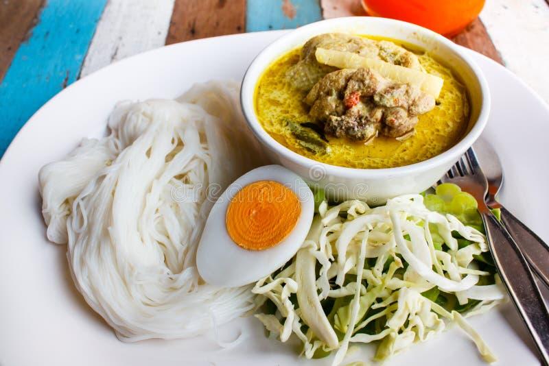 Nouilles de riz avec le cari vert de poulet photos stock