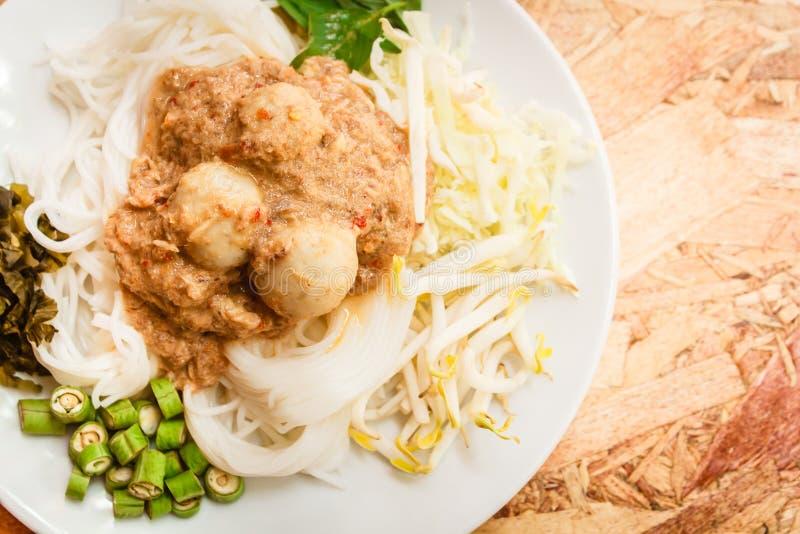 Nouilles de riz en sauce à cari de poissons (Kanom Jeen Nam Ya) photos stock