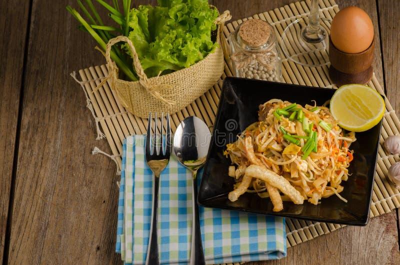 Nouilles de riz faites sauter à feu vif thaïlandaises et x28 ; Protection Thai& x29 ; photos libres de droits