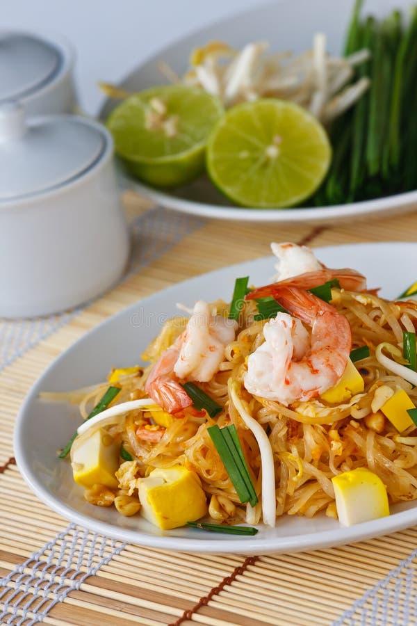 Nouilles de riz remuer-frites thaïes (garniture thaïe) photographie stock