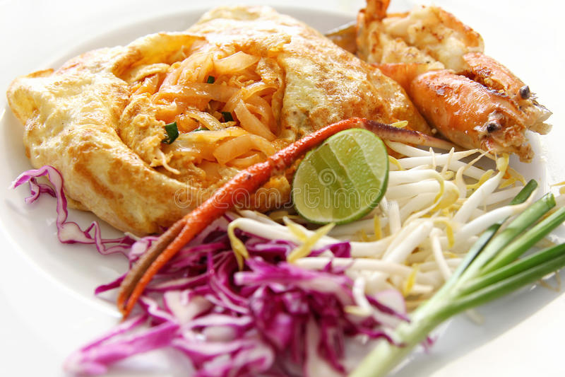 Nouilles de riz remuer-frites thaïes (garniture thaïe) photos stock