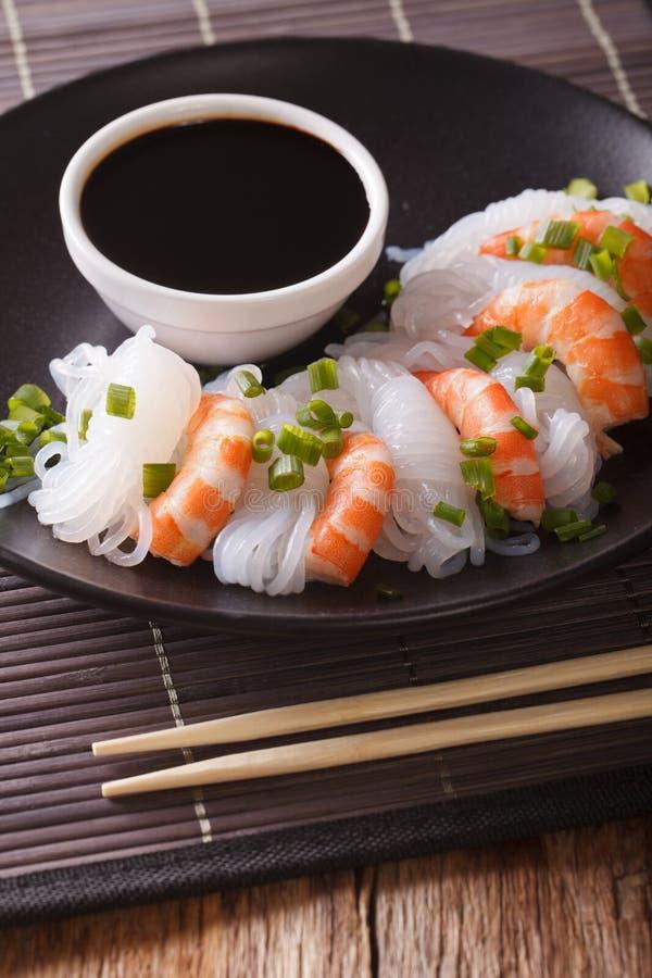 Nouilles de Shirataki avec la crevette, les oignons verts et la fin de sauce de soja photos stock