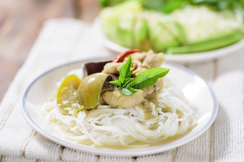 Nouilles de vermicellis de riz avec le poulet vert de cari photo libre de droits