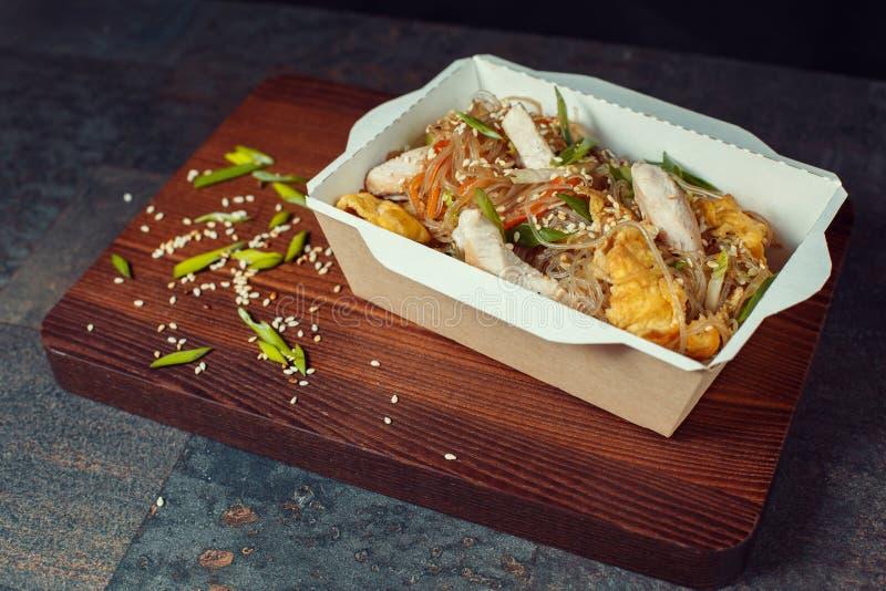 Nouilles de wok avec des fruits de mer photos stock