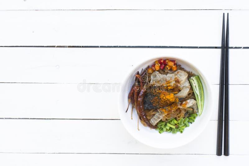 Nouilles en Thaïlande, nouille de boeuf sur la table blanche en bois photographie stock libre de droits