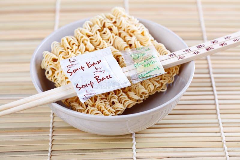 Nouilles et baguettes chinoises sèches photos libres de droits