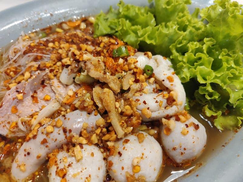 Nouilles et boule de poissons avec la soupe à Tom Yum photographie stock