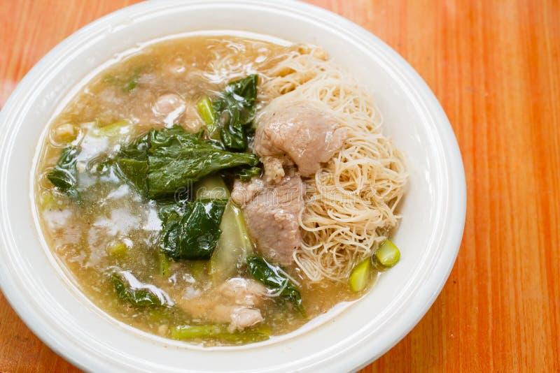 Nouilles et porc de riz minces en sauce au jus épaisse (Rad Na) image stock