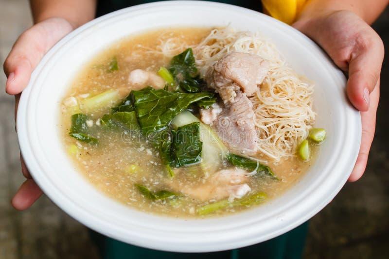 Nouilles et porc de riz minces en sauce au jus épaisse (Rad Na) images stock