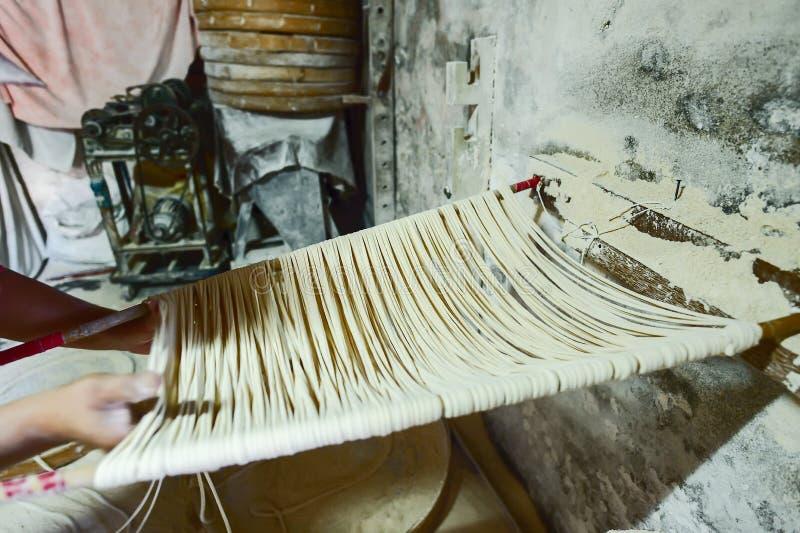 Nouilles faites main de Changhua Lukang Fuxing La manière traditionnelle de sécher la farine fine à Taïwan image stock