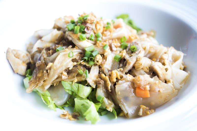 Nouilles frites par émoi avec le poulet végétal photographie stock