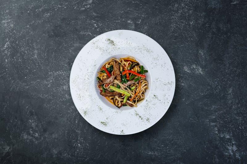 Nouilles frites par émoi avec le veau et les légumes photographie stock libre de droits