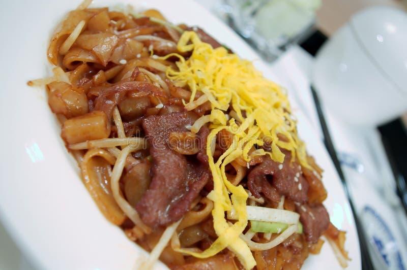 Nouilles frites par amusement chinois de bouffe de boeuf photo libre de droits