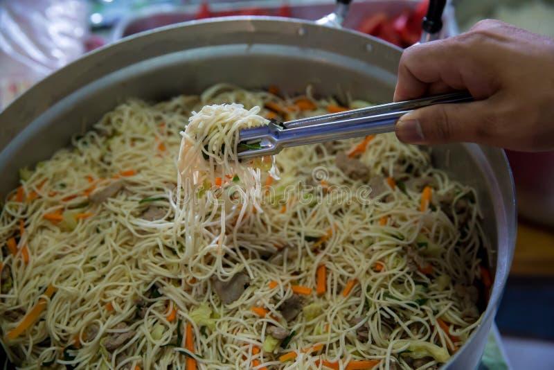 Nouilles frites par nourriture chinoise les nouilles de style du Singapour, le rôti de porc et les nouilles de riz remuent faire  photographie stock