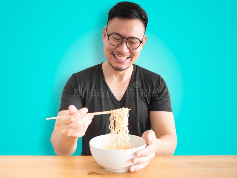 Nouilles instantanées mangeuses d'hommes heureuses photo stock