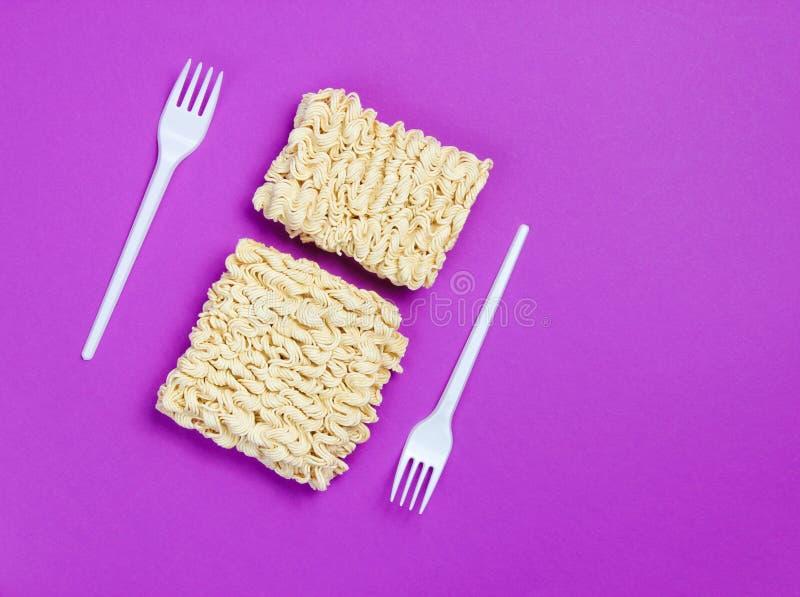 Nouilles instantan?es crues et fourchettes en plastique image libre de droits
